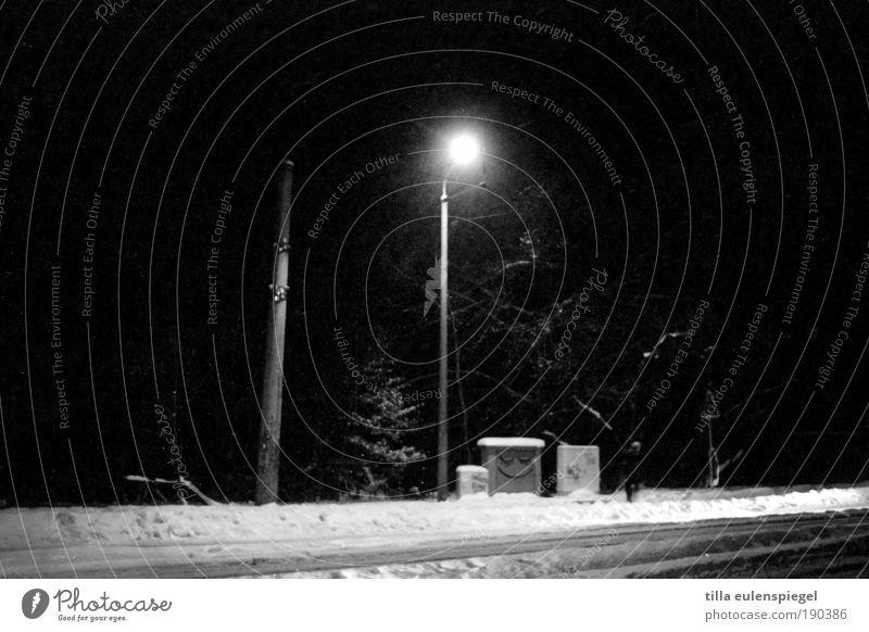 na dann gute nacht. weiß Winter ruhig schwarz Straße kalt Schnee lustig leuchten Laterne Inspiration Fußgänger Smiley Stadtrand Laternenpfahl Schwarzweißfoto