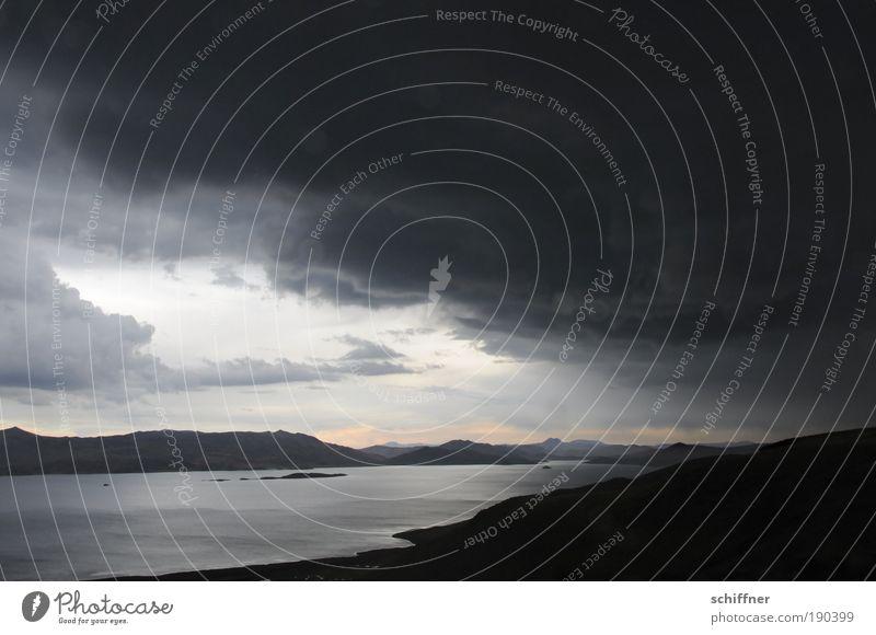 ...es wird Regen geben... Wolken dunkel Landschaft Berge u. Gebirge Traurigkeit See Horizont Wind Angst Klima gefährlich bedrohlich Hügel Seeufer Bucht
