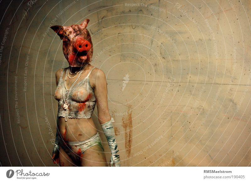 Perlen für Schweine II feminin Junge Frau Jugendliche 1 Mensch 18-30 Jahre Erwachsene Kunst Nutztier Tier Ekel gruselig hässlich Angst Entsetzen Stress