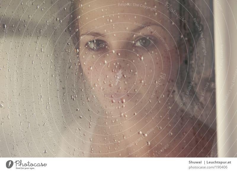 boulder dash Jugendliche schön Einsamkeit Erwachsene Auge feminin Gefühle Kopf Haare & Frisuren Traurigkeit träumen Regen Angst nass warten Tropfen