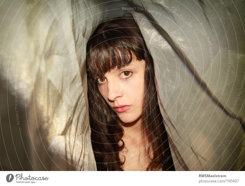 unter dem Schleier Junge Frau Jugendliche Gesicht 1 Mensch 18-30 Jahre Erwachsene brünett Locken Kommunizieren leuchten einfach Flüssigkeit feminin silber