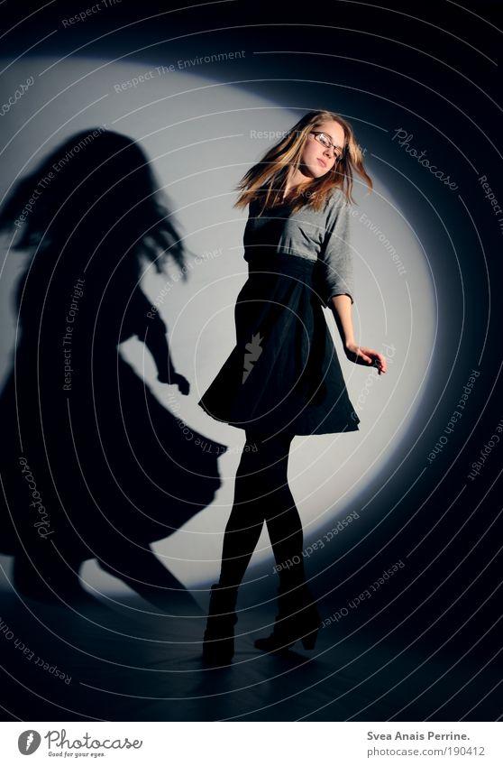 dancing in the moonlight (2) Mensch Jugendliche blau Hand Freude Leben feminin lachen Stil Beine Mode Tanzen Arme elegant Energie Design