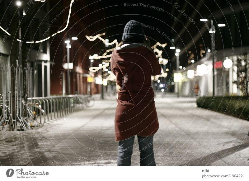 nachts unterwegs Mensch Jugendliche Stadt Winter kalt feminin Beleuchtung München Mütze Nacht Mantel Kapuze Fotografieren Junge Frau Licht Wege & Pfade