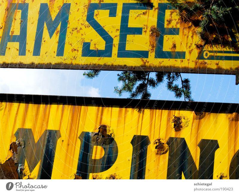Am See alt blau gelb Metall dreckig Schilder & Markierungen Europa Hinweisschild Italien Rost trashig Camping Schutzschild Hinweis Jahreszahl Verkehrszeichen