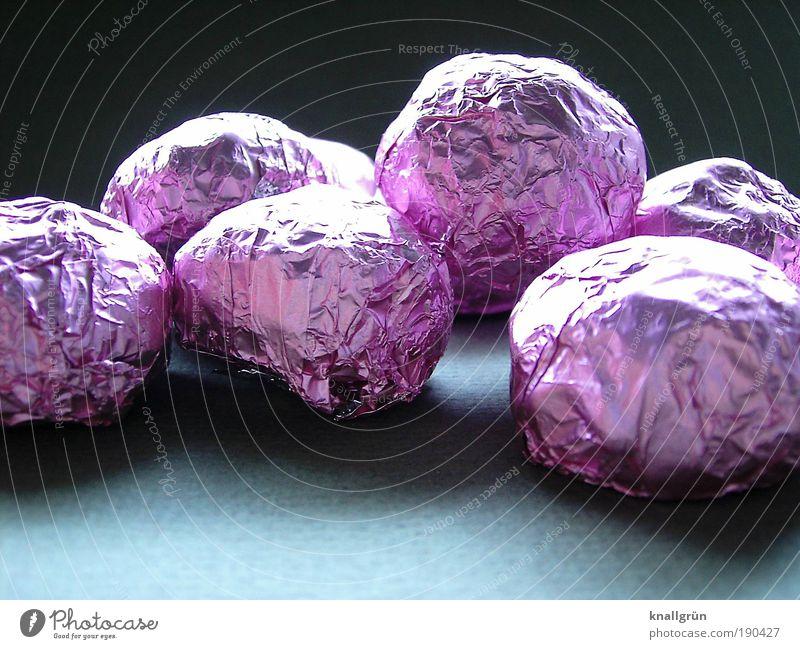 Leckerli schwarz Ernährung Glück grau Zufriedenheit glänzend rosa Lebensmittel rund Kugel Reichtum lecker Süßwaren genießen Schokolade Gefühle