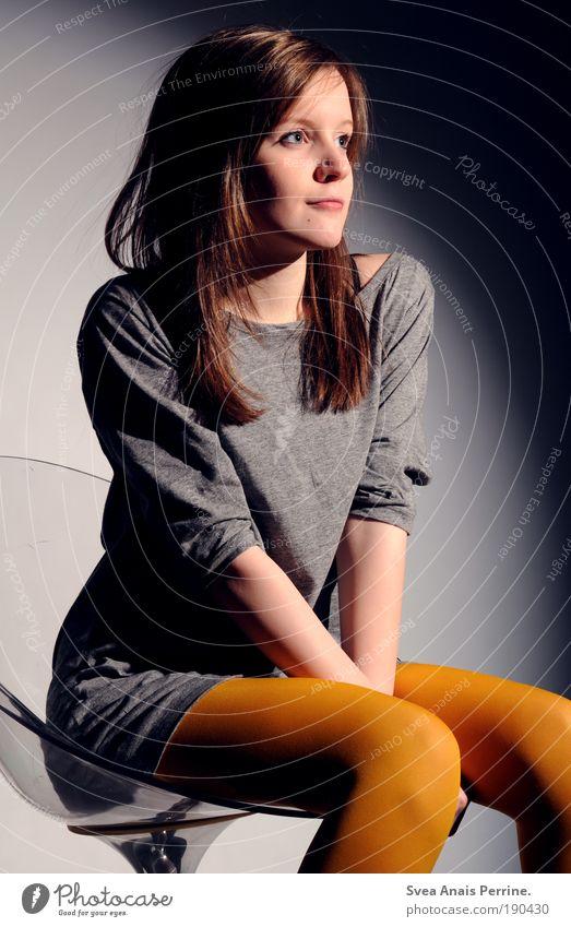 ronda. Mensch Jugendliche Gesicht gelb feminin Haare & Frisuren Stil Beine Mode sitzen elegant warten Design leuchten Lifestyle einzigartig