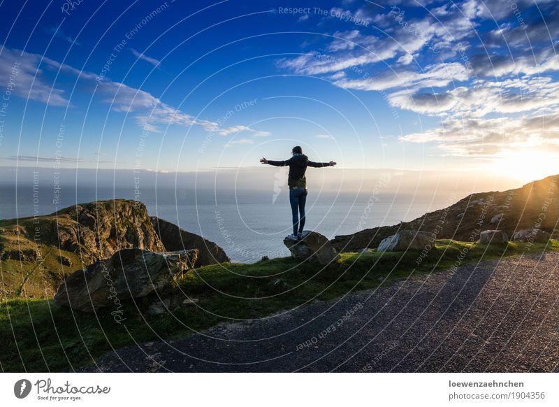 So klein und doch so groß Mensch Himmel Natur Ferien & Urlaub & Reisen Jugendliche Junge Frau Wasser Sonne Meer Landschaft Erholung Wolken Ferne 18-30 Jahre