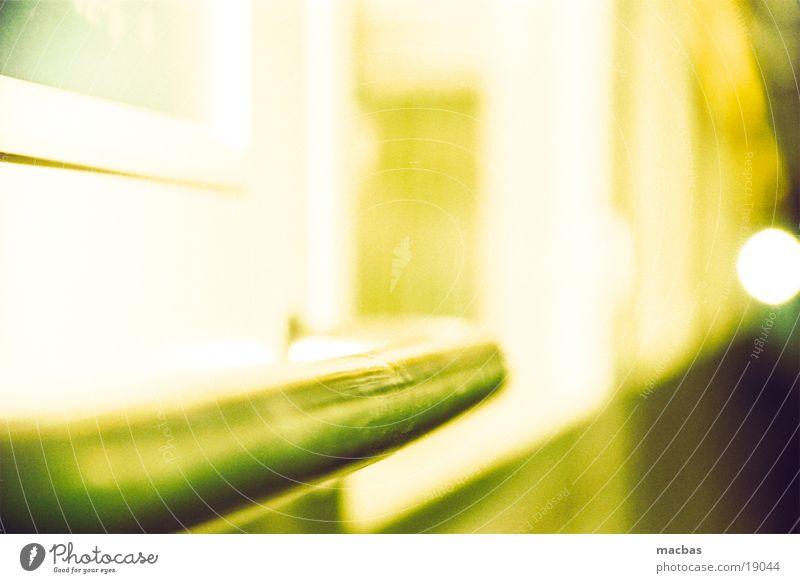 bitte festhalten... Stab Griff Zugabteil Eisenbahn Unschärfe Fenster gelb Hintergrundbild Ferien & Urlaub & Reisen Verkehr crossen Metall