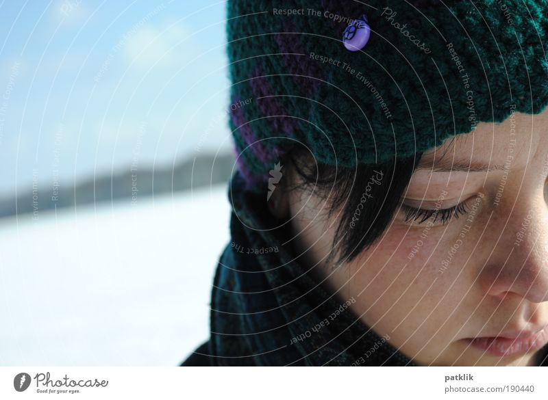 Versunken in Gedanken Jugendliche Winter Gesicht Ferne feminin träumen Katze Mund Nase Lippen Mütze nachdenklich Schönes Wetter Blick Sommersprossen untergehen