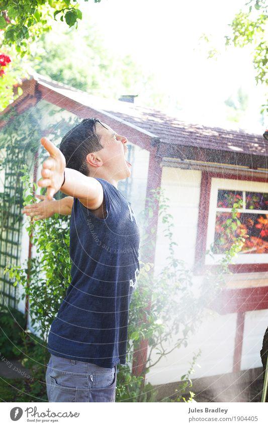 Kalte Dusche im Sommer Freude Glück Freizeit & Hobby Ferien & Urlaub & Reisen Sonne Garten Mensch Junge Kindheit Jugendliche 1 8-13 Jahre 13-18 Jahre Wasser