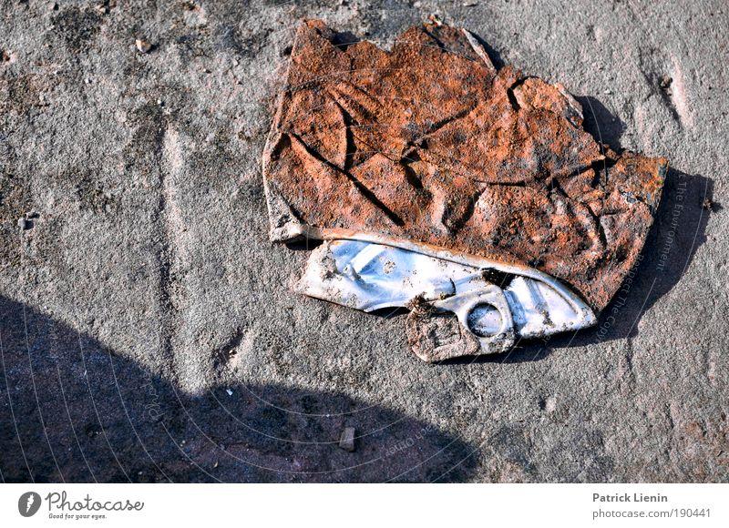 rostig alt rot Stein kaputt Müll Rost vergangen Dose Blech Metallwaren Schatten Material
