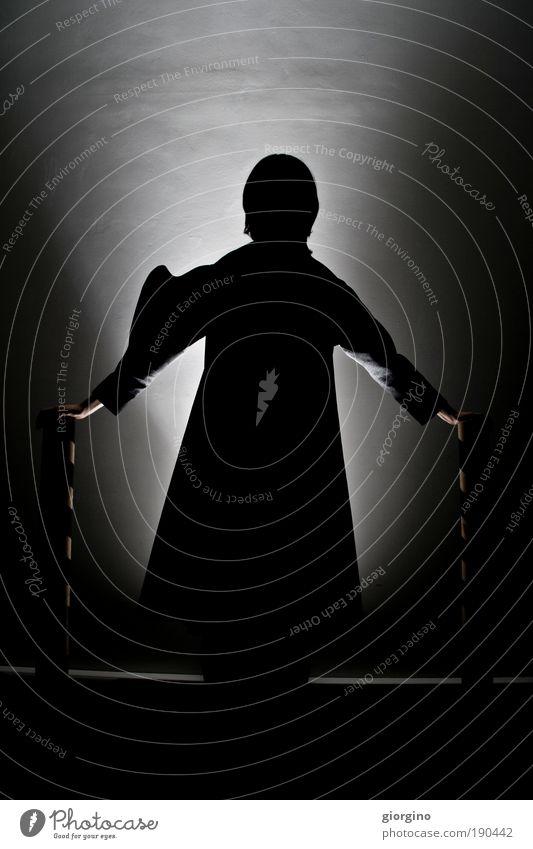 Frau Mensch weiß schön schwarz feminin dunkel Wand Erwachsene Mauer träumen elegant warten laufen natürlich Bekleidung