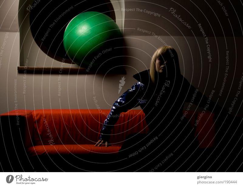 Frau blau grün rot Farbe Fenster Architektur Mode Hintergrundbild blond Kraft Innenarchitektur Behaarung Coolness Ball Jacke