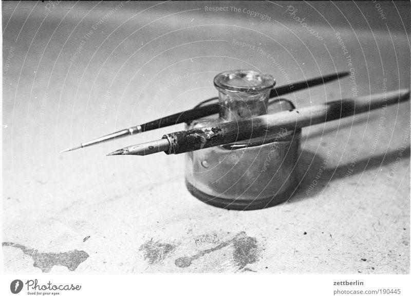 Retouche Grafik u. Illustration Mediengestalter Grafiker Schreibtisch old-school Tinte Tintenfaß Metallfeder Gliederpuppe Zeichenutensilien Zeichenpapier