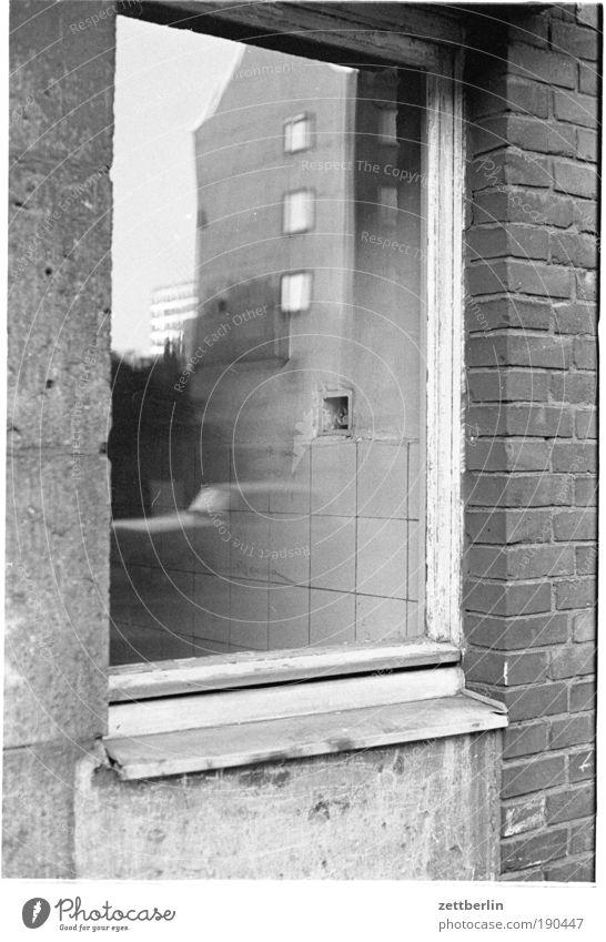 Fenster Spiegel Spiegelbild wirklich Haus Fassade PKW kraftfahrzeug Glas Fensterscheibe Scheibe Mauer gemauert