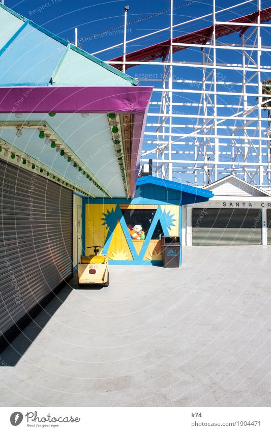 Santa Cruz Boardwalk – M Freude Rolltor alt frisch positiv blau gelb grau rosa türkis Vergnügungspark Kalifornien Achterbahn Gerüst Sommer Farbfoto mehrfarbig