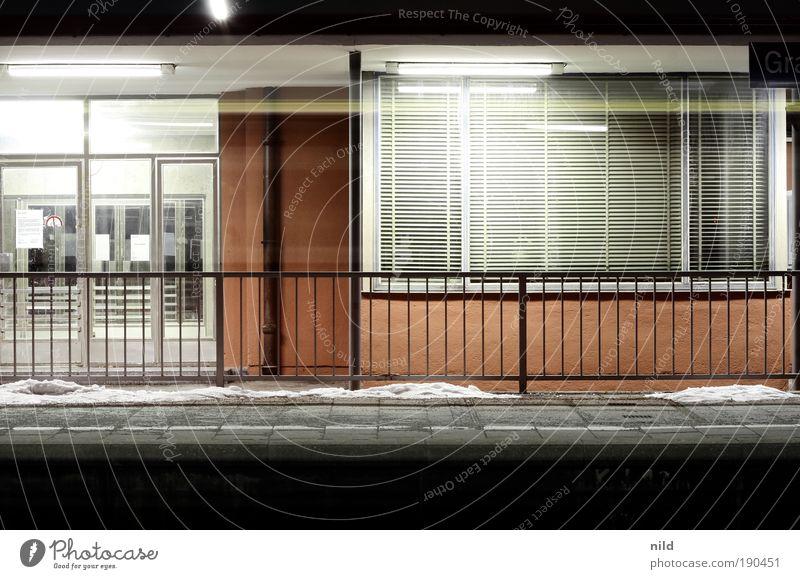 zwischen daheim und daheim Haus warten Architektur Fassade Dorf Gebäude Farbfoto Bahnhof Geländer Bahnsteig Bahnfahren Öffentlicher Personennahverkehr Schienenverkehr