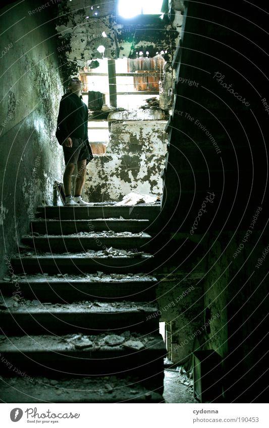 Unter'm Dach Häusliches Leben Hausbau Renovieren Dachboden Mann Erwachsene Ruine Gebäude Treppe Endzeitstimmung entdecken Erwartung Idee Neugier ruhig