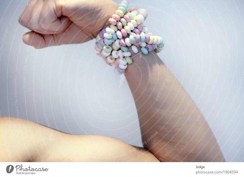 Z U C K E R Lebensmittel Süßwaren Zuckerperlen Ernährung Körper Arme Oberarm Muskulatur 1 Mensch muskulös Gefühle selbstbewußt Coolness Kraft Übermut falsch