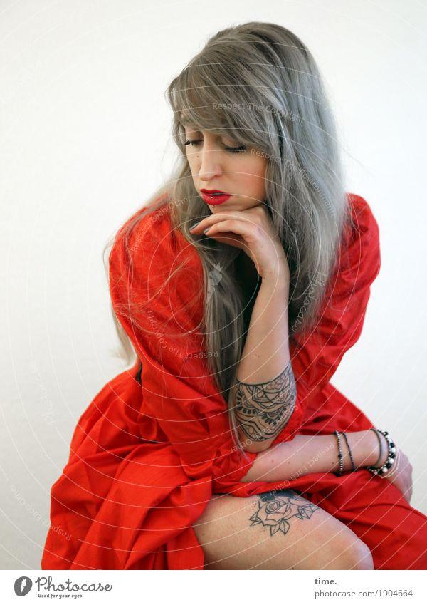 . Mensch schön ruhig feminin Zeit träumen blond sitzen ästhetisch beobachten Coolness festhalten Kleid Gelassenheit Tattoo Leidenschaft
