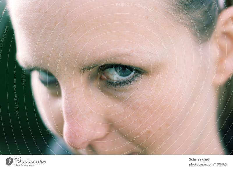 Sehorgan Frau Mensch Jugendliche Gesicht Auge Leben feminin Haare & Frisuren Kopf Erwachsene Nase Ohr beobachten Partner Tiefenschärfe bleich