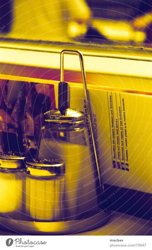 ... noch zucker? gelb Ernährung Fenster Lebensmittel Glas gold Eisenbahn Tisch Kaffee Café Restaurant Zucker Lokal