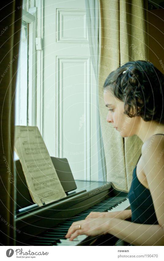 Frau Mensch Jugendliche schön Erwachsene Erholung feminin Fenster Spielen Stil Musik Wohnung elegant Lifestyle Häusliches Leben retro