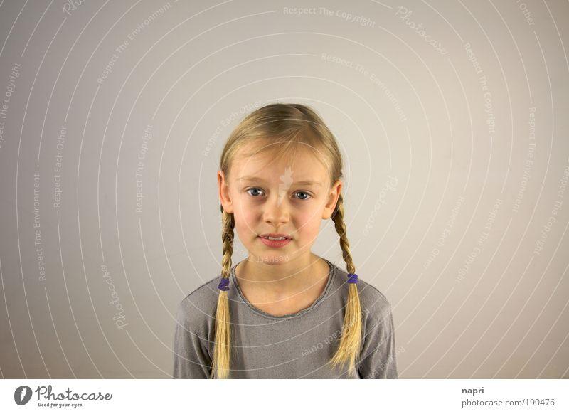 Mitten in der Mitte Schulkind Mädchen Kindheit 1 Mensch 8-13 Jahre blond langhaarig Zopf frei schön natürlich niedlich grau Geborgenheit Neugier Mittelpunkt