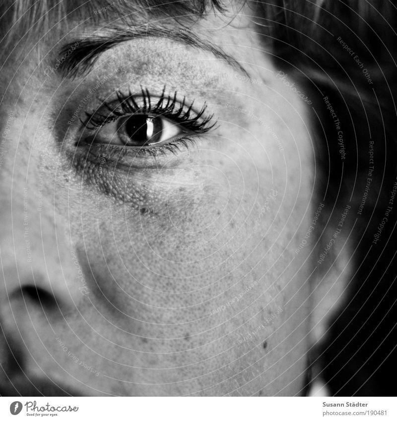 hier und jetzt Jugendliche Einsamkeit Gesicht Erwachsene Auge Erholung feminin Kopf Haare & Frisuren Traurigkeit träumen glänzend Nase authentisch leuchten