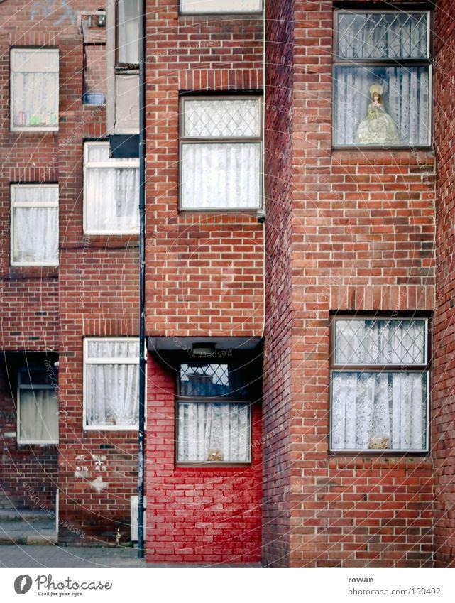 fensterprinzessin Haus Bauwerk Gebäude Architektur Mauer Wand Fassade Fenster alt Gardine trist Reihenhaus Häusliches Leben Backstein Puppe rot schäbig dreckig