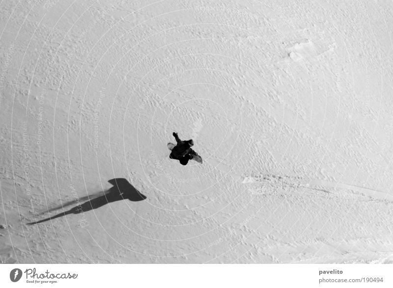 vom schatten verfolgt Snowboard Snowboarding Snowboarder Winter Schnee Sport Wintersport Mann Erwachsene Flims springen ästhetisch Schwarzweißfoto Außenaufnahme