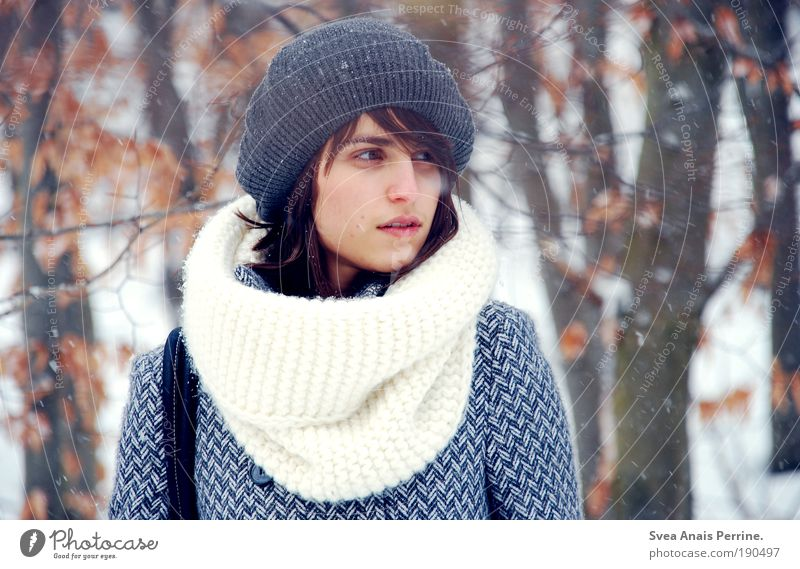 erwarten. feminin Junge Frau Jugendliche Gesicht Mund 1 Mensch 18-30 Jahre Erwachsene Umwelt Winter Mütze brünett träumen Traurigkeit Freundlichkeit blau braun