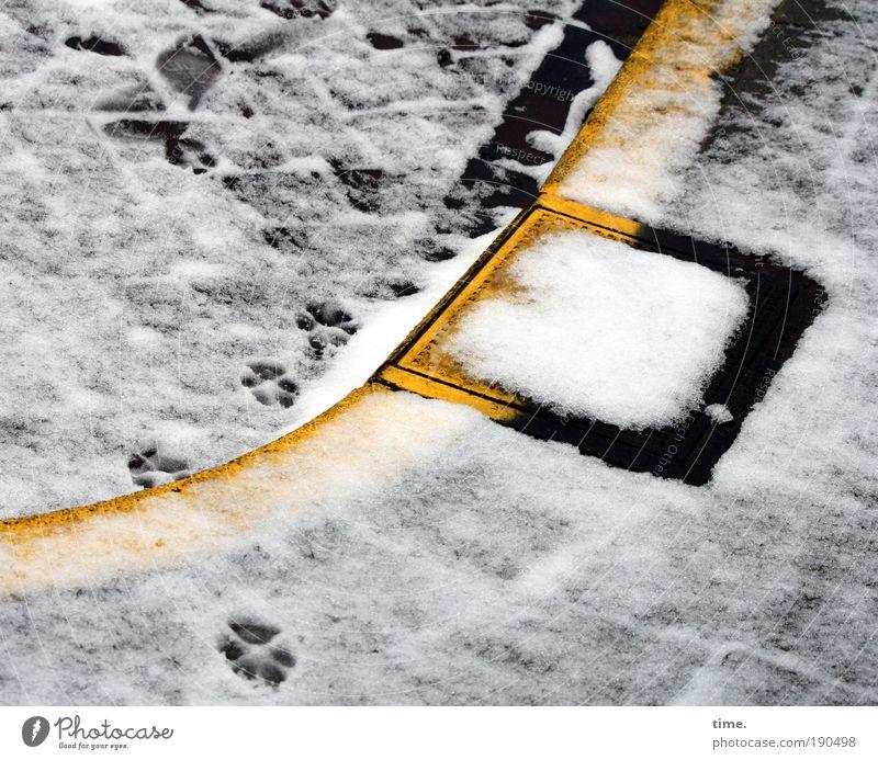 Schwarzgelbe Geschäftsgrundlage Gully Abfluss Straße Bordsteinkante Schnee schwarz weiß Außenaufnahme blenden Begrenzung Wasser Unterwelt Spuren Pflastersteine