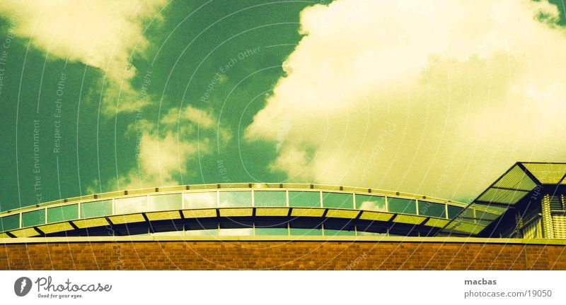 Über den Wolken... Backstein grün gelb Haus Stadt Dach Sommer Architektur Glas Himmel crossen Berlin Arbeit & Erwerbstätigkeit Deutschland Industriefotografie