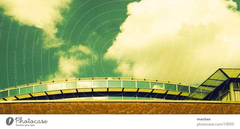 Über den Wolken... Himmel grün Stadt Sommer Wolken Haus gelb Berlin Architektur Stein Metall Arbeit & Erwerbstätigkeit Deutschland Glas Dach Industriefotografie