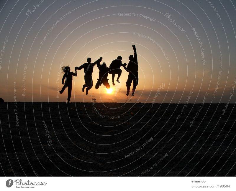 sunset friends Sonnenuntergang Mensch Natur Jugendliche Silhouette Ferien & Urlaub & Reisen Sommer Freude Strand Abend Freiheit springen Glück Menschengruppe