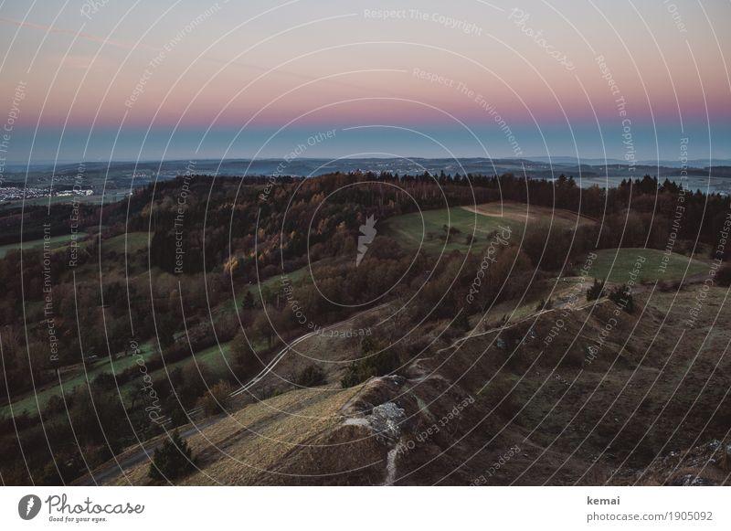 Es ist Abend. Himmel Natur Landschaft Erholung ruhig Wald Ferne dunkel Wärme Herbst Umwelt Wiese Freiheit Felsen Freizeit & Hobby Feld