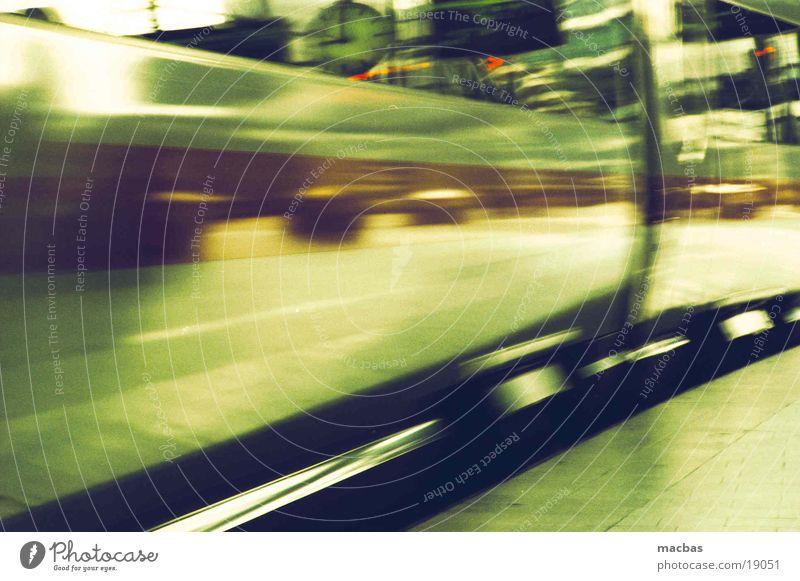 Achtung auf dem Bahnsteig... grün Stadt Bewegung Metall Deutschland Verkehr Eisenbahn Energiewirtschaft Geschwindigkeit fahren Technik & Technologie Industriefotografie Bahnsteig