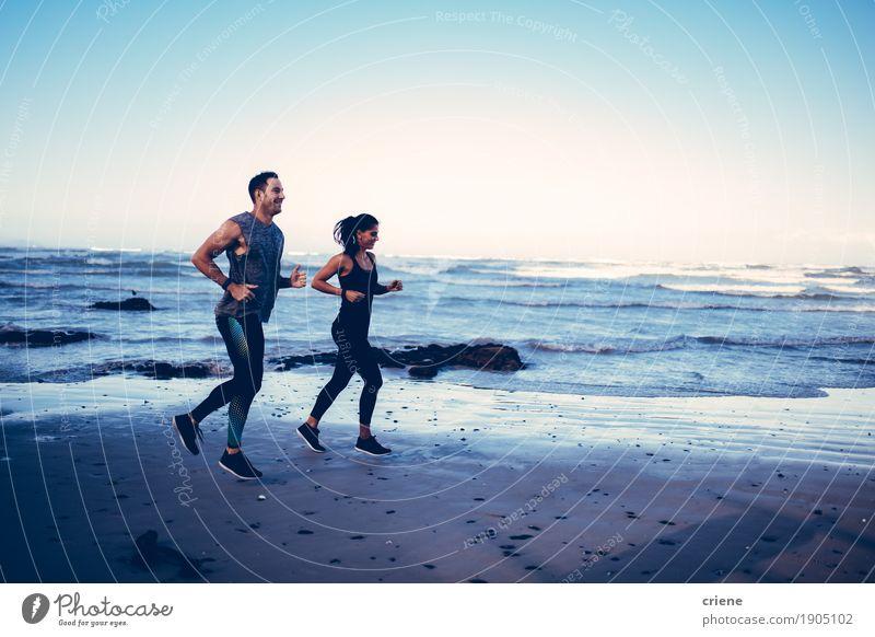 Geeignete kaukasische junge erwachsene Paare, die auf Strand laufen Lifestyle Freude Körper sportlich Freizeit & Hobby Sommer Meer Sport Joggen Mensch