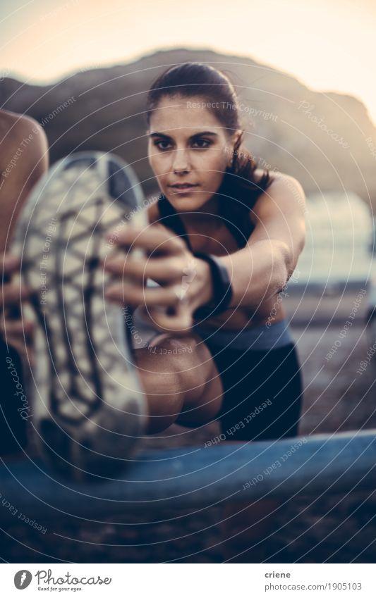Kaukasischer weiblicher Erwachsener, der Beine nach dem Laufen des Trainings ausdehnt Lifestyle Freude Körper sportlich Fitness Leben Wohlgefühl