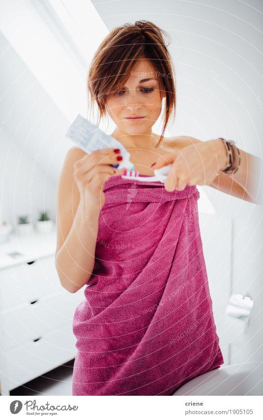 Junger weiblicher Erwachsener, der Zahnbürste im Badezimmer hält Lifestyle schön Körperpflege Gesicht Gesundheit Gesundheitswesen Behandlung Leben Wohlgefühl