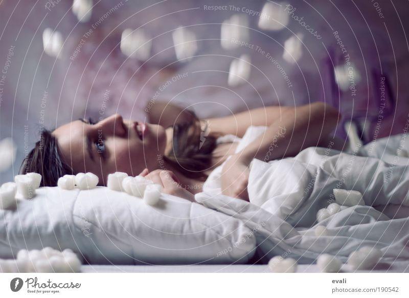 Winterträume Bett Schlafzimmer Mensch feminin Junge Frau Jugendliche Erwachsene Gesicht 1 18-30 Jahre beobachten Denken fallen genießen liegen Blick violett