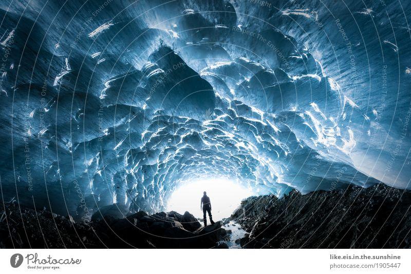 fantastische Eiskapelle. Mensch Frau Natur Mann blau Winter Berge u. Gebirge Erwachsene Umwelt kalt Schnee glänzend Eis Klima Abenteuer Urelemente