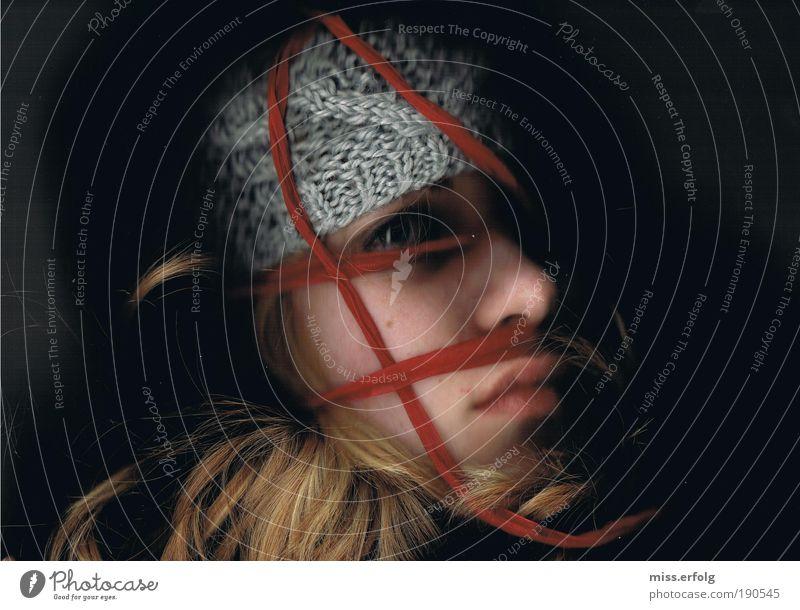 Der Rote Faden Mensch Jugendliche rot Junge Frau schwarz 18-30 Jahre Erwachsene dunkel feminin Traurigkeit außergewöhnlich Linie Stimmung Angst gold authentisch