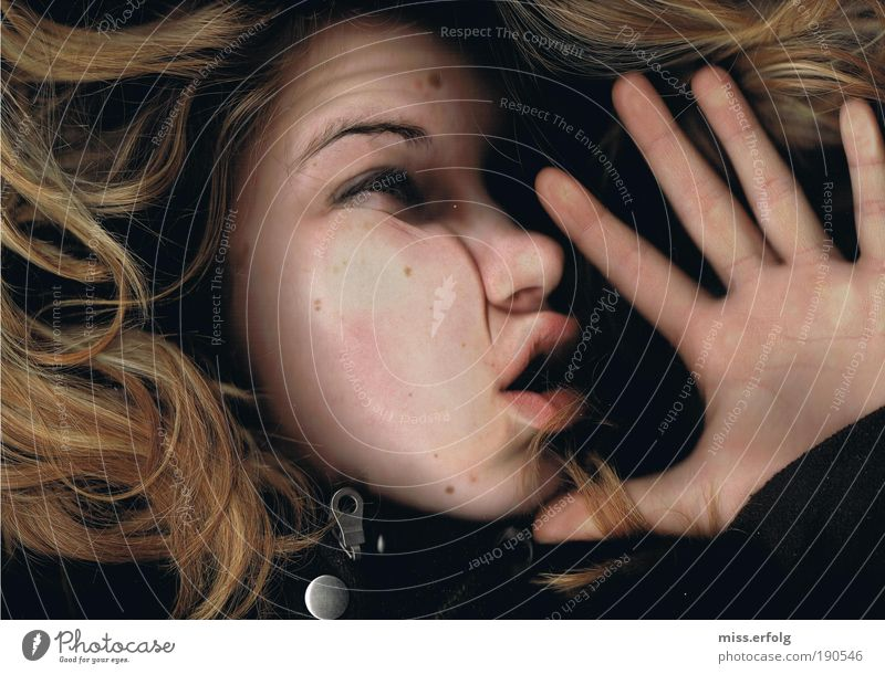 Endstation Mensch Jugendliche feminin träumen Kopf Angst blond Erwachsene verrückt fest außergewöhnlich berühren gruselig trashig skurril