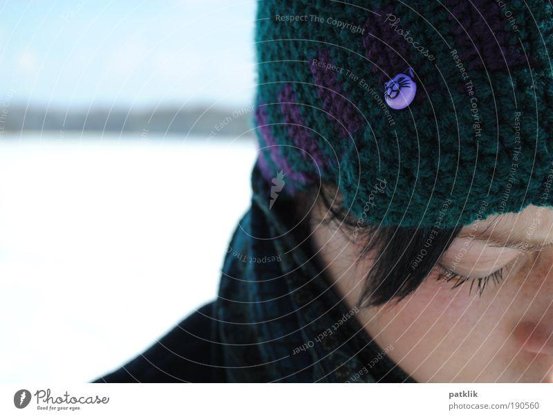 Versunken in Gedanken 2 Jugendliche Einsamkeit kalt feminin Traurigkeit Katze Denken Spaziergang Frau gefangen Schneelandschaft untergehen Scham zerbrechlich