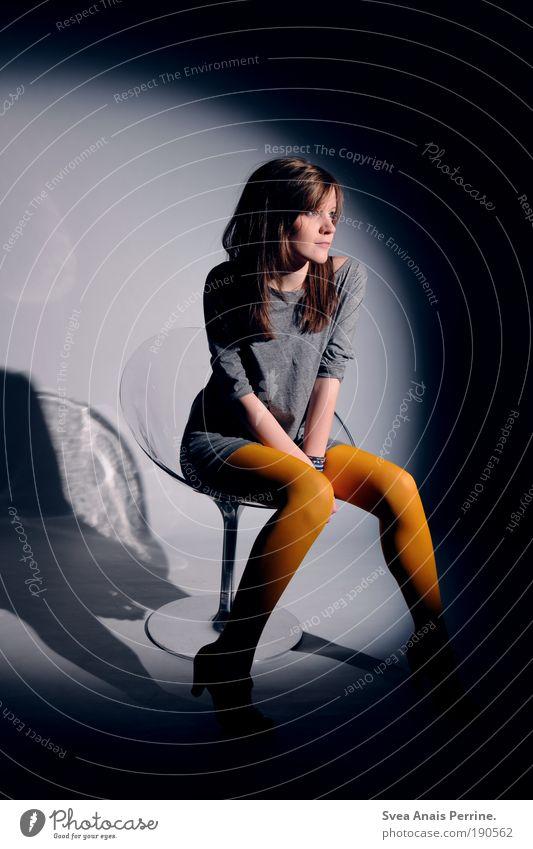 ronda. Mensch Jugendliche Möbel Erwachsene gelb feminin Stil Beine träumen Mode Stimmung Bekleidung sitzen elegant Hose Design
