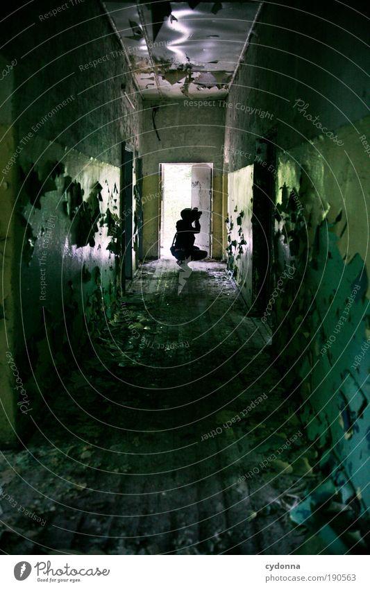 Fluchtpunkt Mensch Leben dunkel Wand Wege & Pfade Mauer Gebäude Tür Raum Zeit Häusliches Leben Wandel & Veränderung Vergänglichkeit geheimnisvoll Kreativität