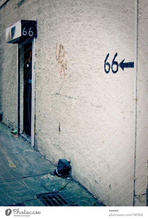 66 alt Haus dunkel Gebäude Graffiti dreckig Architektur trist Ziffern & Zahlen Pfeil Richtung Bauwerk Eingang schäbig Putz
