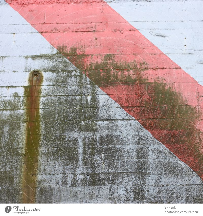Verwittert Wasser Haus Bunker Mauer Wand Fassade Stein Beton alt blau rot schäbig Rohrleitung Gedeckte Farben Außenaufnahme abstrakt Muster Strukturen & Formen